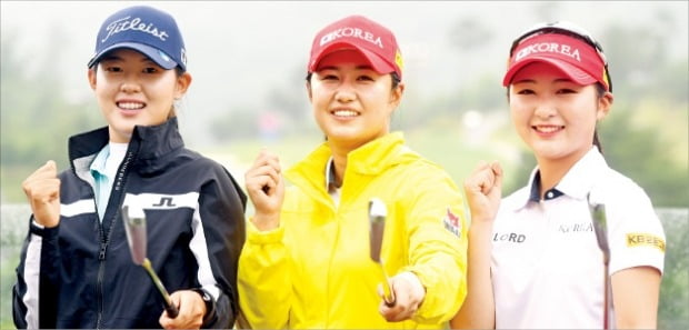 BC카드·한경 레이디스컵 2020에 출전한 아마추어 박지빈(왼쪽부터), 마다솜, 이예원이 파이팅을 외치며 선전을 다짐하고 있다.  /포천힐스CC=허문찬  기자  sweat@hankyung.com