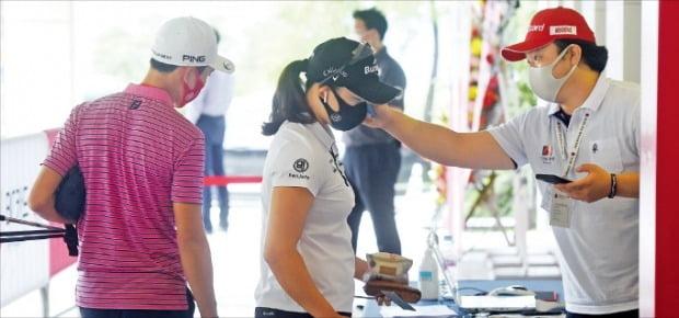 25일 BC카드·한경 레이디스컵 2020이 열린 포천힐스CC 클럽하우스 입구에서 코로나19 방역을 위해 대회 관계자가 선수와 캐디들의 체온을 측정하고 있다.  /포천힐스CC=허문찬  기자  sweat@hankyung.com