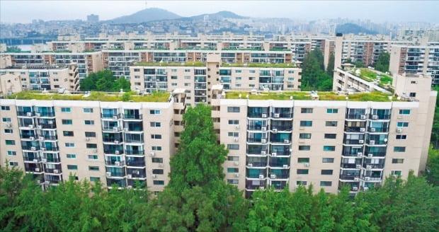 '6·17 부동산 대책' 발표 이후에도 재건축 아파트 가격이 강세를 보이고 있다. 최근 재건축추진준비위원회가 설립된 서울 강남구 압구정신현대(현대 9·11·12차) 아파트.  /김영우 기자 youngwoo@hankyung.com