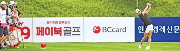 """< """"지현天下 다시 한번"""" > 김지현(29)이 25일 경기 포천시 포천힐스CC에서 열린 한국여자프로골프(KLPGA)투어 'BC카드·한경 레이디스컵 2020' 1라운드 9번홀에서 티샷을 하고 있다. 김지현은 이날 버디 6개와 보기 1개를 묶어 5언더파를 치며 선두권으로 도약했다. 김지현은 지금까지 통산 5승을 수확했다. 선수들은 이날 오락가락하는 장맛비와 깊은 러프에 고전하며 보기와 더블 보기를 쏟아냈다.  /포천힐스CC=김범준 기자 bjk07@hankyung.com"""