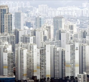 서울 잠실동은 지난 23일 토지거래허가구역으로 지정되면서 매매가 막혔지만 호가는 내리지 않고 있다. 잠실 아파트 밀집지역 전경.  한경DB