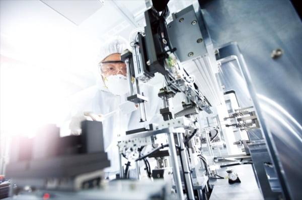 차세대 전기차 배터리 핵심소재 NCMA 양극재 개발을 완료한 포스코케미칼의 한 연구원이 에너지소재연구소에서 배터리 셀 품질 테스트를 하고 있다.  포스코케미칼 제공