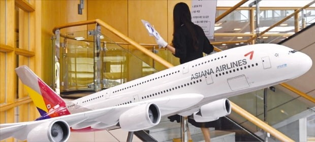 HDC현대산업개발의 아시아나항공 상반기 인수가 26일 무산됐다. 사진은 서울 강서구 오쇠동 아시아나항공 본사 모습.  한경DB