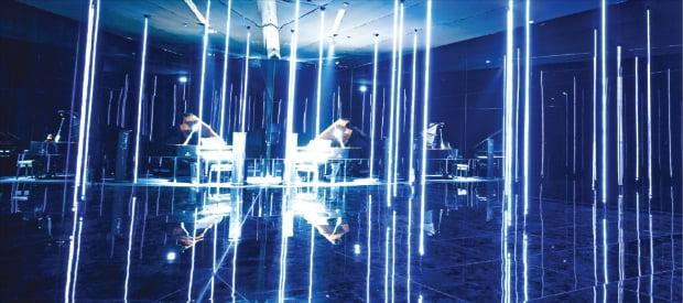프랑스 아티스트 그룹인 랩212의 설치작품 '포티(porte)'. 파란 빛이 나는 수직의 줄을 당기면 피아노에서 멜로디가 연주된다.  디뮤지엄 제공
