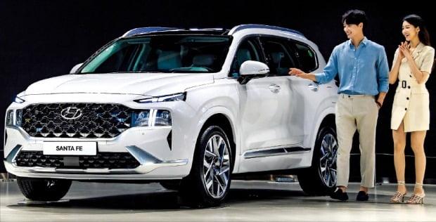 < 2년 만에 새로 나온 싼타페…연비 L당 14.2km > 현대자동차가 중형 스포츠유틸리티차량(SUV) '싼타페'의 신형 모델을 30일 온라인 생중계 형식으로 선보였다. 2018년 출시한 4세대 싼타페의 부분 변경 모델이다. 연비는 L당 14.2㎞로 기존보다 4.4% 개선됐다. 가격은 프리미엄 3122만원, 프레스티지 3514만원, 캘리그래피 3986만원이다.   현대차 제공
