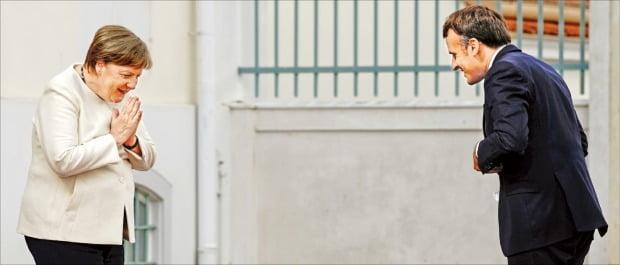 [포토] '거리두기 인사'한 메르켈-마크롱…EU '코로나 기금' 조성 촉구