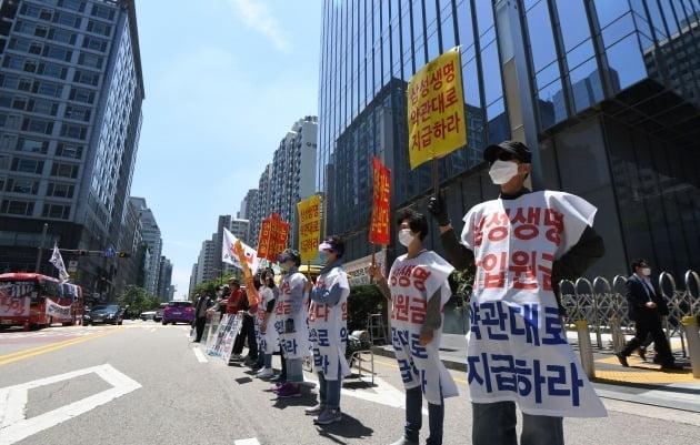 삼성생명과 암 보험금 지급을 놓고 갈등을 빚어온 '보험사에 대응하는 암환우 모임(보암모)' 회원들이 서울 서초동 삼성 사옥 앞에서 집회를 열고 있다. 한경DB