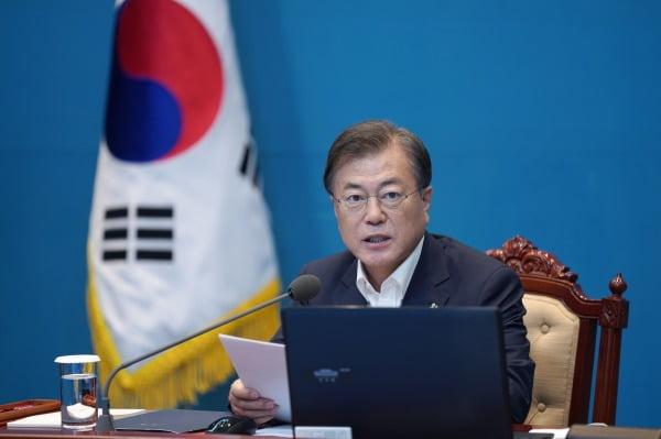 문재인 대통령이 15일 청와대 여민관에서 열린 수석·보좌관 회의에서 발언하고 있다. 청와대사진기자단