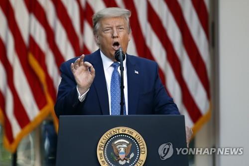 """트럼프 """"폭동 저지 위해 군 동원""""…최루탄속 회견 '초강경 대응'"""