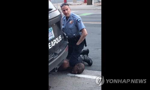 미국경찰 목누르기는 '인종차별 기술'…당한 사람 65%가 흑인