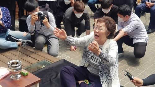 """이용수 할머니 """"위안부 팔아먹었다…윤미향 벌 받아야"""""""
