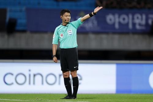 'K리그 통산 200경기' 채우는 김동진 주심에 축구협회 기념패