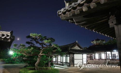 달빛 아래 고택 둘러보며 무더위 싹…'창원의 집' 야간개방