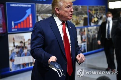 """미 코로나19 급증에 또 마스크 논쟁…""""의무화"""" vs """"주가 판단"""""""