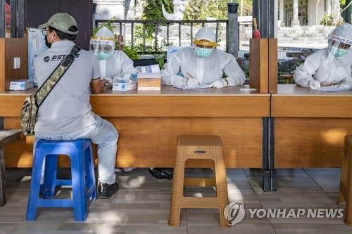 """조코위 """"코로나 위기의식 부족…장관 교체·기관 해체 경고"""""""