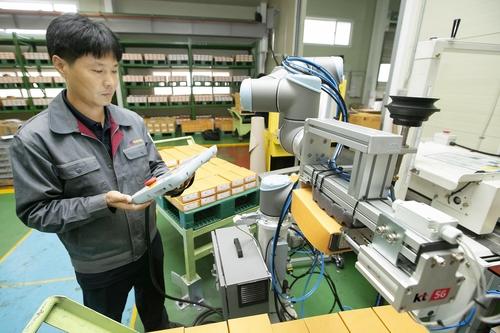 시간당 생산량 39%↑…KT 5G 협동로봇 첫 상용화