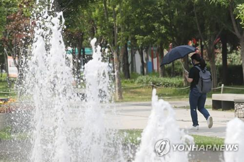 '분수대 수질 깨끗할까' 환경부, 물놀이형 수경시설 안전 점검