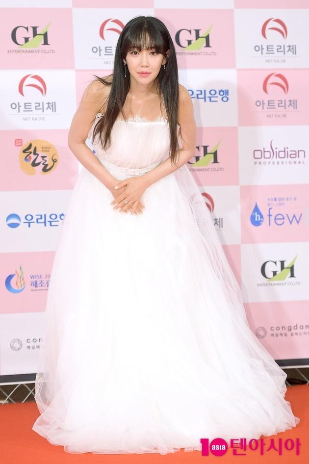 [TEN 포토] '대종상 영화제' 이유리, '드레스 입고 귀여운 배꼽인사'