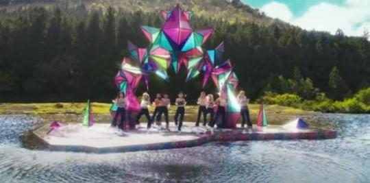 표절 논란에 휩싸인 트와이스 뮤직비디오 속 조형물/사진=트와이스 'MORE&MORE' 뮤직비디오 캡처