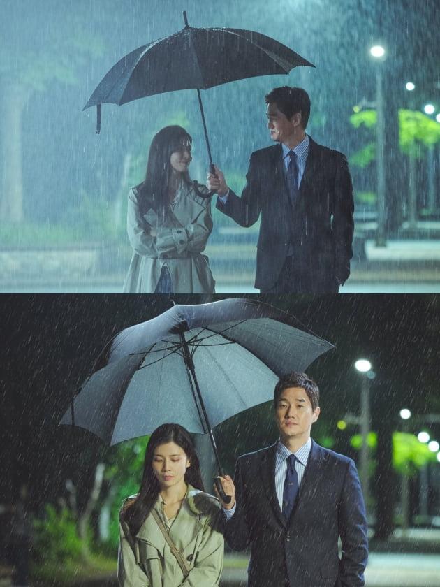 '화양연화' 유지태♥이보영, 설렘 갇그한 빗 속 투샷 포착 /사진=tvN 제공