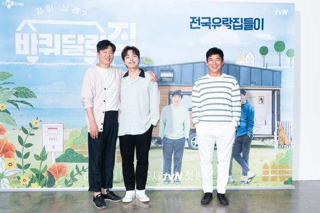 배우 김희원(왼쪽부터), 여진구, 성동일이 11일 오후 온라인 생중계된 tvN 새 예능 '바퀴 달린 집' 제작발표회에 참석해 자세를 취하고 있다. /사진제공=tvN