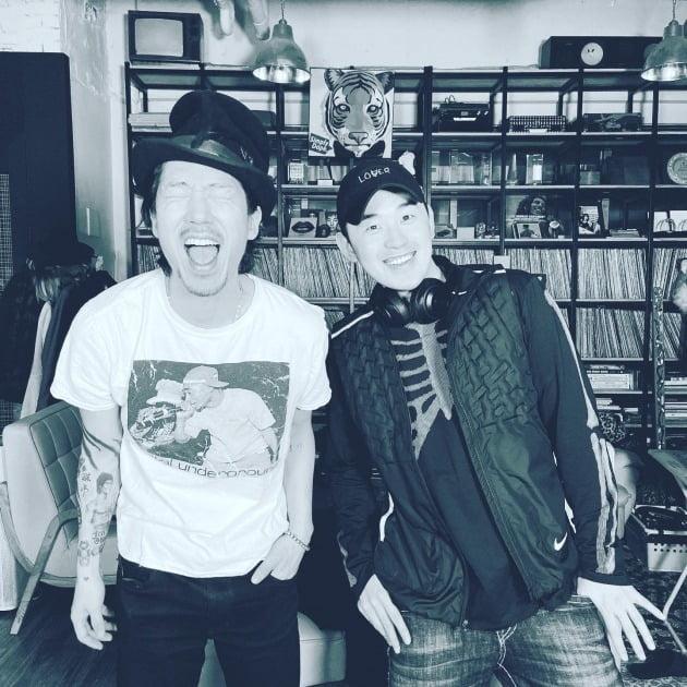 타이거JK와 '심의에 걸리는 사랑노래'에 피처링으로 참여한 가수 겸 래퍼 트웰브(오른쪽)./ 사진제공=필굿뮤직