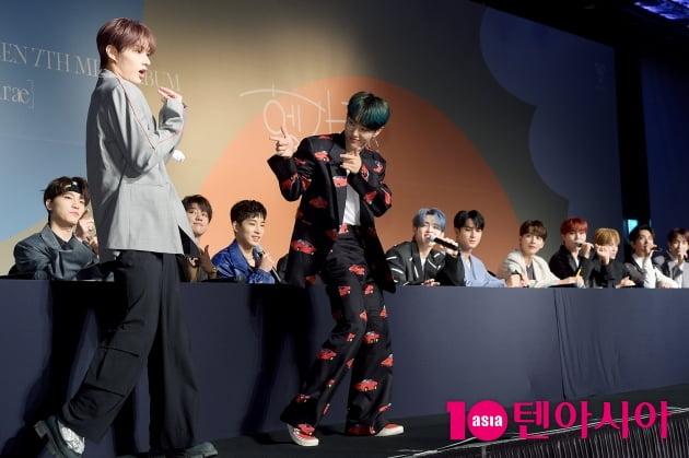 [TEN 포토] 준X호시 '멤버들 노래에 맞춰 들썩들썩'
