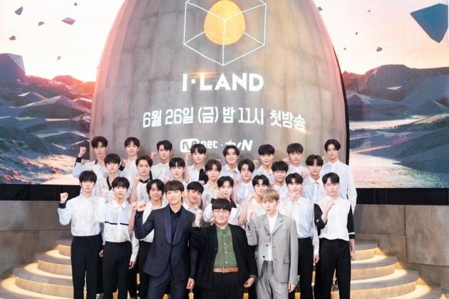 '아이랜드' 프로듀서진과 참가자 23인/사진=Mnet 제공