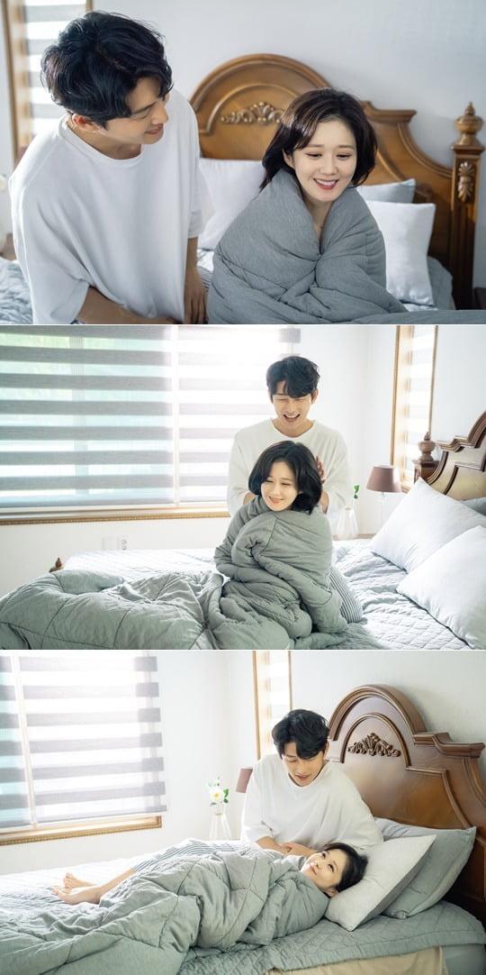 '오마베' 장나라와 고준이 로맨틱한 모닝 베드신을 선보인다. / 사진제공=tvN