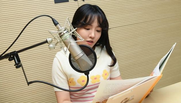 '스타책방'에 재능기부로 참여한 가수 윤하가 동화책을 직접 읽어주고 있다./ 사진=이승현 기자