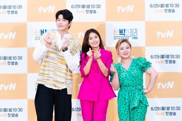 배우 윤균상(왼쪽부터), 신애라, 개그우먼 박나래가 29일 오후 온라인 생중계된 tvN 새 예능 '신박한 정리' 제작발표회에 참석했다. /사진제공=tvN