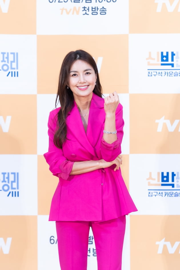 신애라가 29일 오후 온라인 생중계된 '신박한 정리' 제작발표회에 참석해 파이팅 자세를 취하고 있다. /사진제공=tvN
