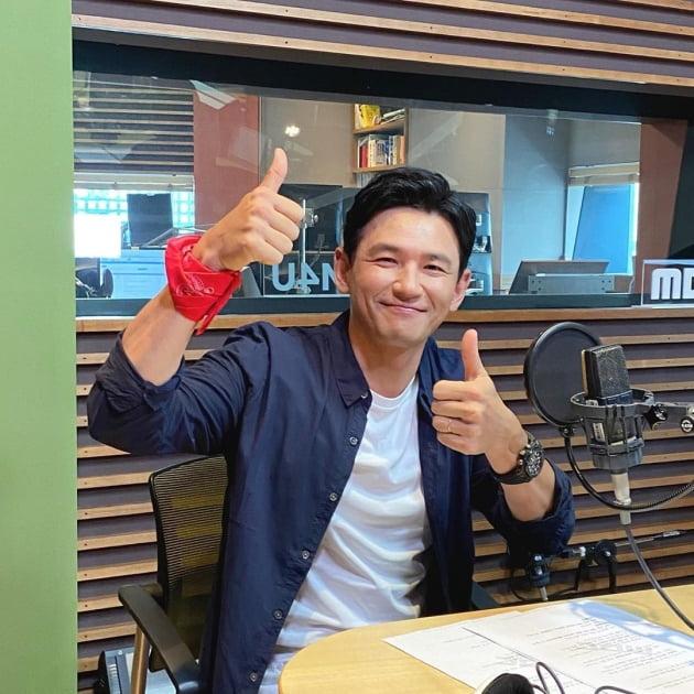 MBC 라디오 '정오의 희망곡'에 출연한 배우 황정민./ 사진=정오의 희망곡 인스타그램