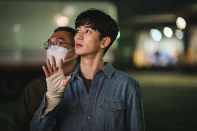 '사이코지만 괜찮아' 김수현·서예지, 카메라 밖 1인치…열정+반전 매력