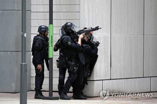 프랑스 파리 라데팡스서 무장괴한 신고…대테러부대 출동