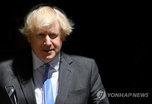 """'코로나 완치' 존슨 """"정육점 개처럼 건강""""…인터뷰중 팔굽혀펴기"""