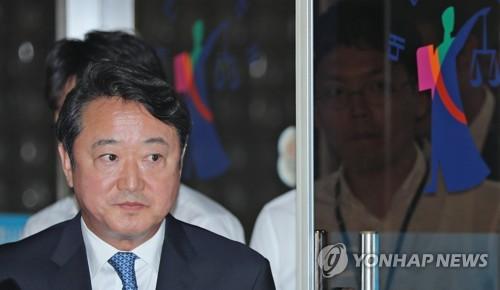 """""""인보사는 넷째 아이"""" 이웅열 전 코오롱 회장 구속심사"""