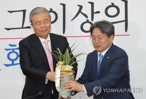"""강기정 """"추경은 6월에 꼭""""…김종인 """"잘 봐서 협조""""(종합)"""