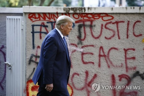 트럼프 교회 방문 위해 강제해산이라니…시위진압 적절성 논란