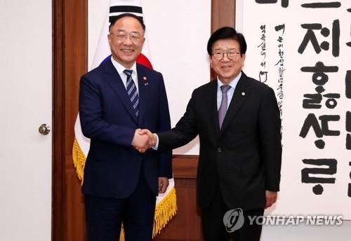"""국회찾은 홍남기 """"속 타들어가""""…추경 통과 요청(종합)"""