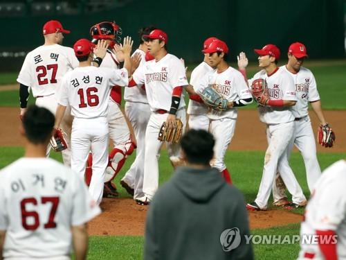 [프로야구전망대] 시즌 첫 낙동강 더비…'절친' 이동욱·허문회 창원서 지략대결