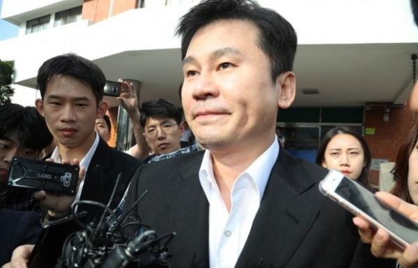 지난해 8월 30일 양현석 전 YG엔터테인먼트 대표가 경찰 조사를 마친 뒤 서울경찰청 지능범죄수사대를 나가고 있다.  사진=연합뉴스
