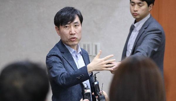 새로운보수당 하태경 책임대표가 9일 오후 국회 정론관에서 정계개편 관련 당의 입장을 밝히는 기자회견을 한 뒤 기자들의 질문에 답하고 있다. 사진=연합뉴스