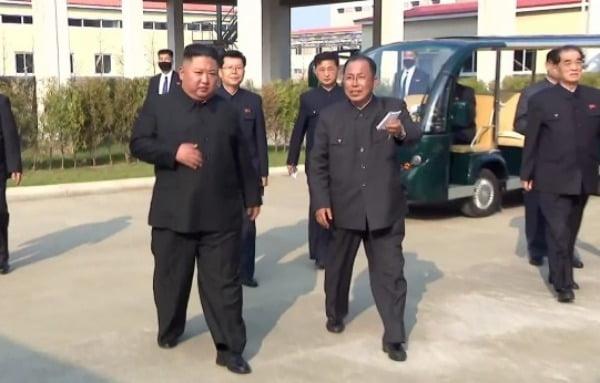 조선중앙TV를 통해 공개된 김정은 북한 국무위원장이 '멀쩡히' 걷고 있다.  /사진=연합뉴스