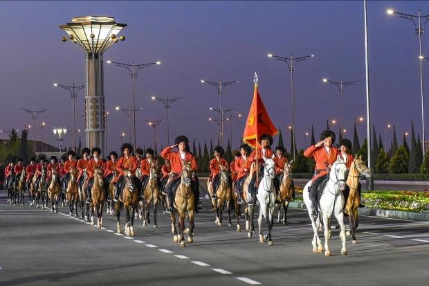 전통 의상을 갖춰 입은 투르크메니스탄 군인들이 지난달 9일 수도 아슈하바트에서 열린 전승절(2차 세계대전) 행사에서 말을 탄 채 행진하고 있다. AP연합뉴스