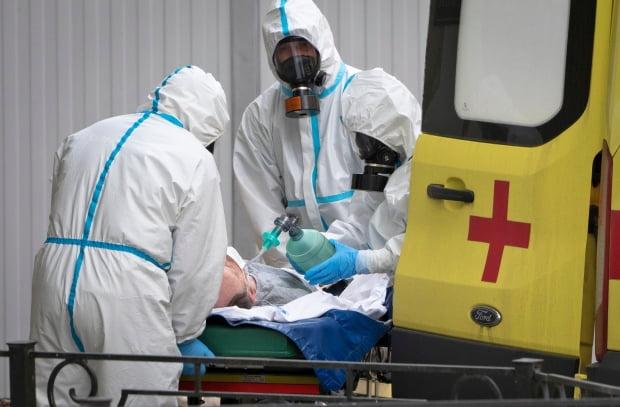 코로나19 환자 이송하는 러시아 의료진 . /사진=연합뉴스