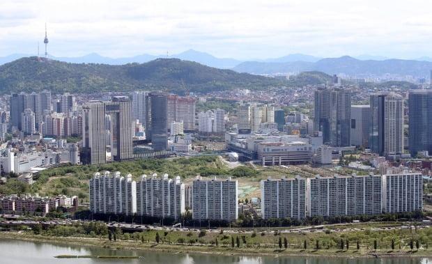 서울 영등포구 여의도 63빌딩에서 바라본 용산 철도정비창 부지(한강변 아파트 뒤편) 모습. 연합뉴스