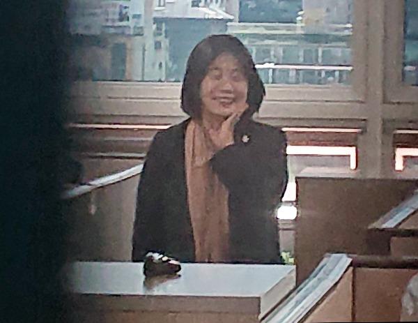 더불어민주당 윤미향 의원이 1일 오후 서울 여의도 국회 의원회관 내 사무실에서 보좌진들과 웃으며 대화하고 있다. 사진=연합뉴스