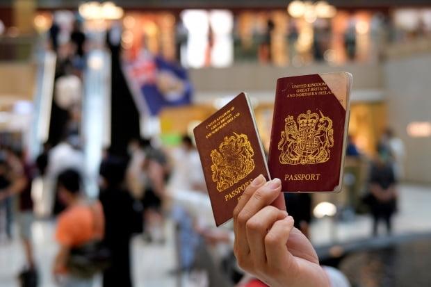홍콩 민주화 시위에 참여한 한 시민이 지난 1일 국가보안법 제정을 규탄하는 집회 도중 영국해외시민(BNO) 여권을 들어 보이고 있다. 홍콩보안법 사태 이후 영국 정부는 BNO 여권을 소지했던 모든 홍콩인에게 영국 시민권 부여를 포함해 거주이전의 권리를 확대해 주는 방안을 추진하고 있다. 사진=연합뉴스