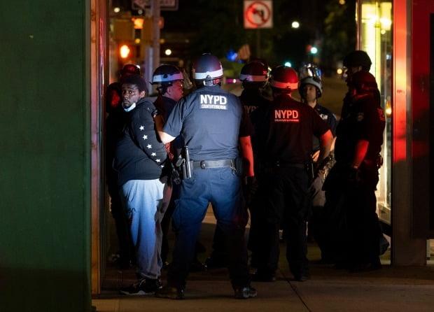 흑인 남성 조지 플로이드 사망에 항의하는 시위가 격화하면서 야간 통행금지 조치가 도입된 미국 뉴욕시에서 2일(현지시간) 밤 통금 시작 후 경찰이 시민들을 체포하고 있다./사진=AP(연합뉴스)